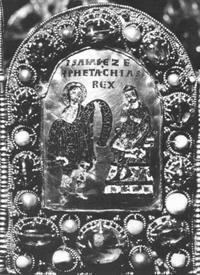 """Abb. 7 Jesaja verheißt Hiskia ein langes Leben (links: """"Isaias Pro[pheta]""""; rechts: """"Ezechias Rex"""" """"König Hiskia""""). Diese Verheißung haben die Kaiser des Heiligen Römischen Reichs auf sich bezogen (Kaiserkrone des Heiligen Römischen Reichs; 9./10. Jh.)."""